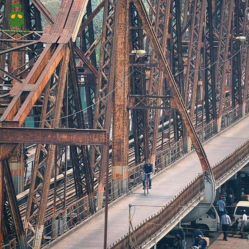 Đạp xe trên cầu Long Biên