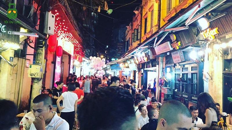 Đạp xe khu phố cổ Hà Nội thưởng thức bia Tạ Hiện