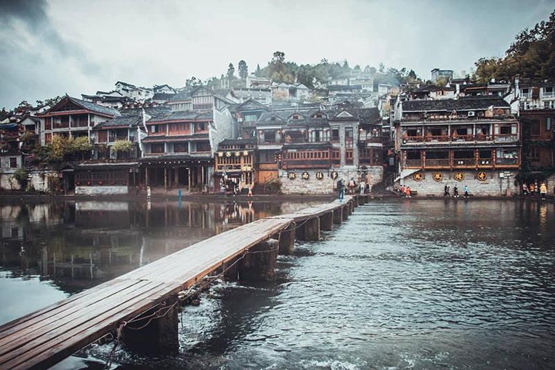 Chiếc cầu gỗ ở Phượng Hoàng cổ trấn
