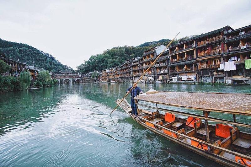 Du thuyền trên sông Đà Giang
