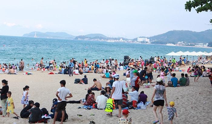 Cho bé đi tắm biển ở Nha Trang