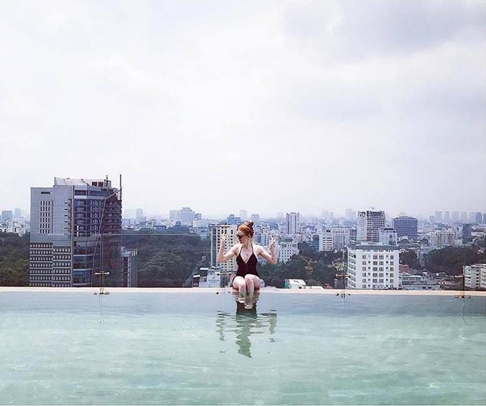 Bể bơi trên sân thượng của Rooftop Pool Bar