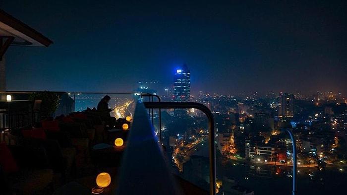 Summit Lounge về đêm