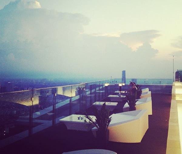 Không gian cafe trên sân thượng Top of Hà Nội cực kỳ ấn tượng