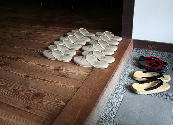 Bỏ giày trước khi vào nhà