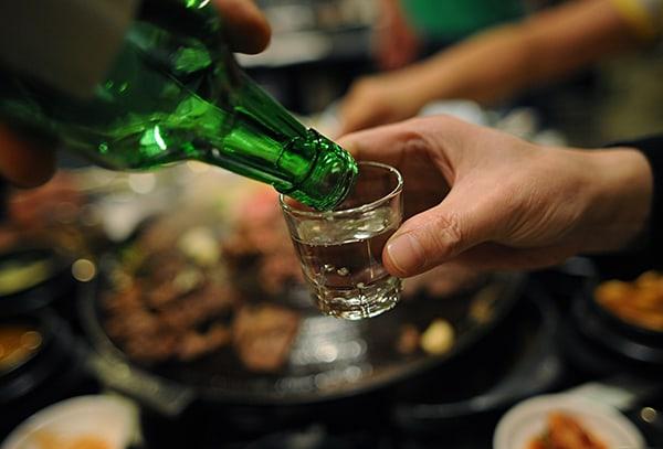 Kinh nghiệm du lịch Hàn Quốc: uống rượu Soju