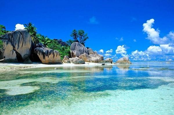 Vĩnh Hy là một vịnh nhỏ hoang sơ xinh đẹp