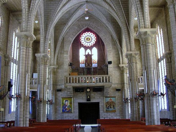 Nhà thờ đá Sapa là điểm thu hút nhiều khách du lịch