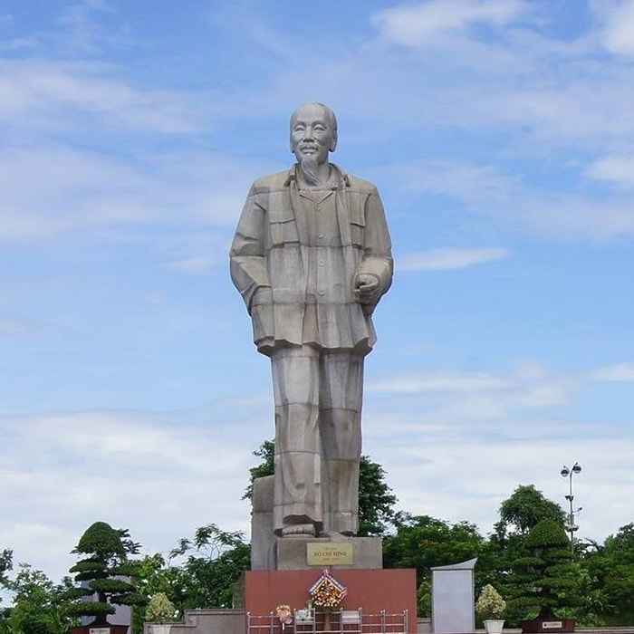 Tượng đài Hồ Chí Minh ở thành phố Vinh