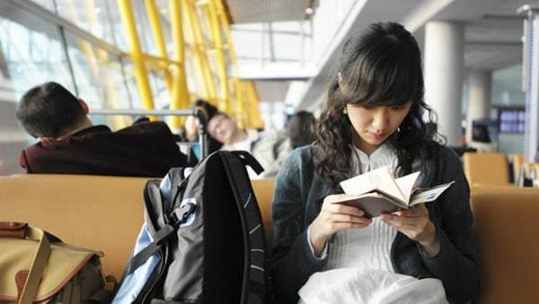 Bạn có thể nghe nhạc, đọc sách hoặc ăn gì đó trong thời gian chờ chuyến bay