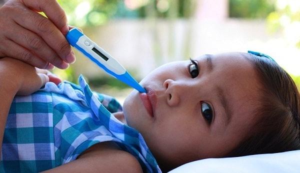 Xử lý thế nào khi trẻ bị sốt cao, co giật? 1