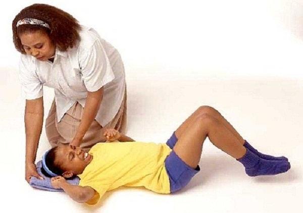 Xử lý thế nào khi trẻ bị sốt cao, co giật? 2