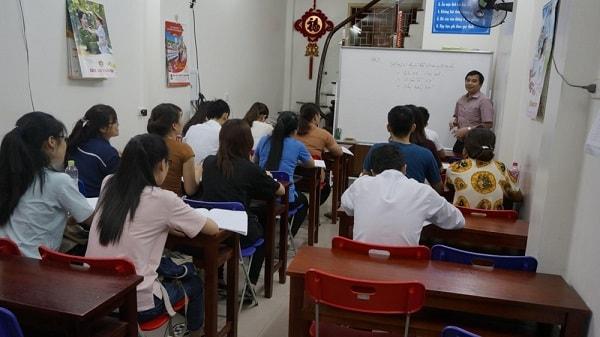 Thầy Cường đang giảng bài cho học sinh