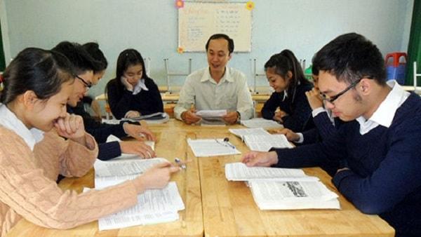 Học sinh chăm chú nghe giảng trong giờ học