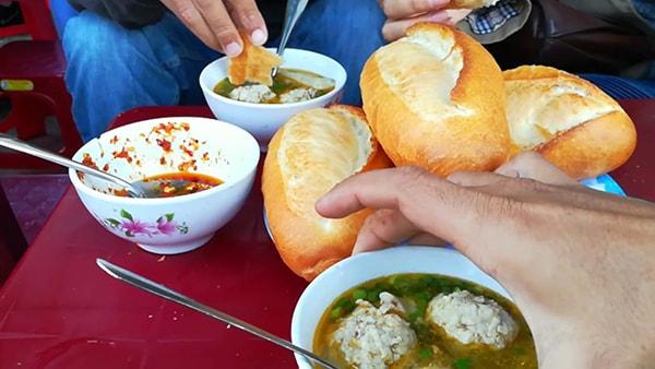 Bánh mì xíu mại - món ăn khá nổi tiếng ở Đà Lạt