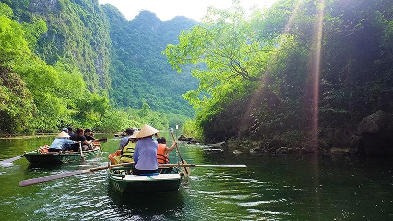 Đi thuyền trong khu du lịch Tràng An, Ninh Bình