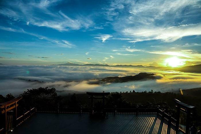 Nếu may mắn bạn có thể được ngắm biển mây trên chùa Linh Quy Pháp Ấn