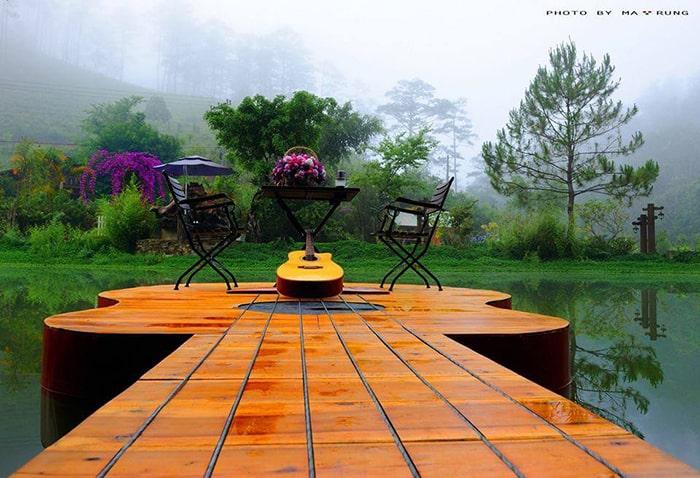Một góc thư giãn bên hồ ở Ma Rừng lữ quán