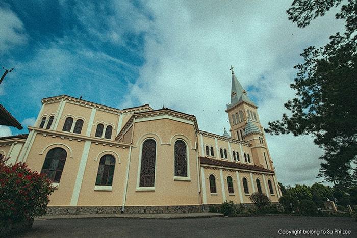 Mặt sau cảu nhà thờ Con gà Đà Lạt