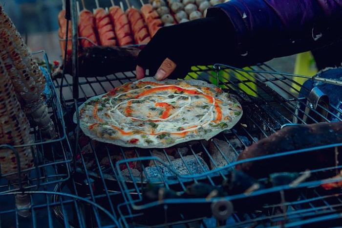 Bánh tráng nướng là món ăn rất đặc trưng ở Đà Lạt