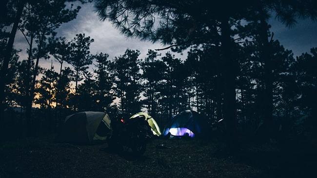 Cắm trại trên đồi ban đêm là trải nghiệm khá thú vị ở Đà Lạt