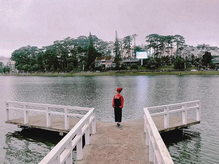 Chiếc cầu sống ảo bên Hồ Xuân Hương