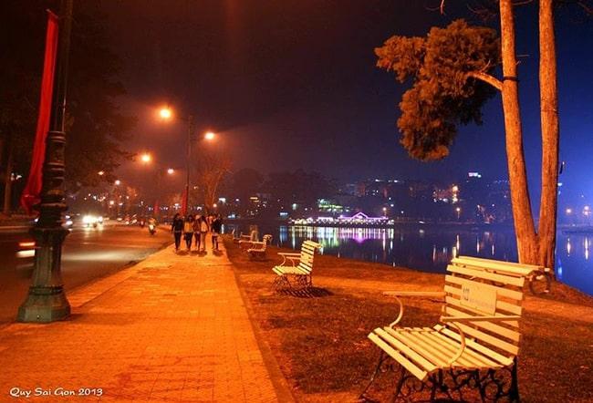 Đi dạo quanh Hồ Xuân Hương buổi tối
