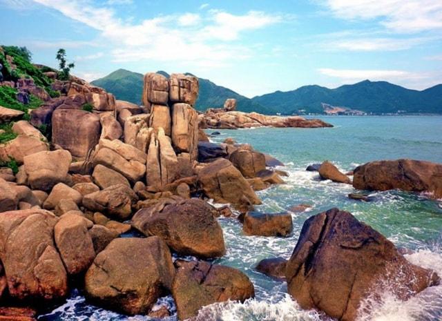 Hòn Chồng – Hòn Vợ là quần thể khối đá lớn đủ mọi hình thù chồng lên nhau