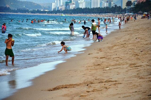 Nên bơi ở chỗ đông người khi đi du lịch biển Nha Trang