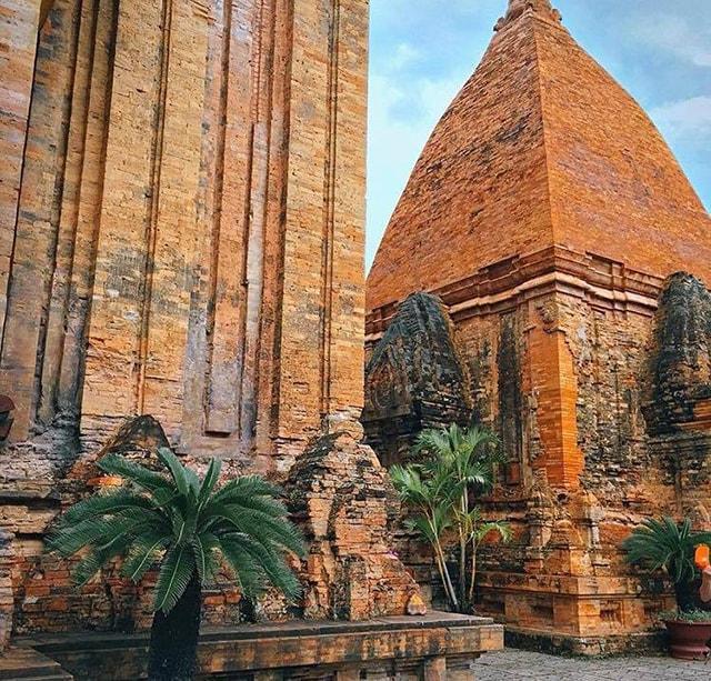 Tháp Bà Ponagar là 1 địa điểm du lịch nổi tiếng ở Nha Trang