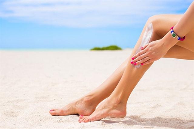 Đừng quên thoa kem chống nắng khi đi du lịch biển