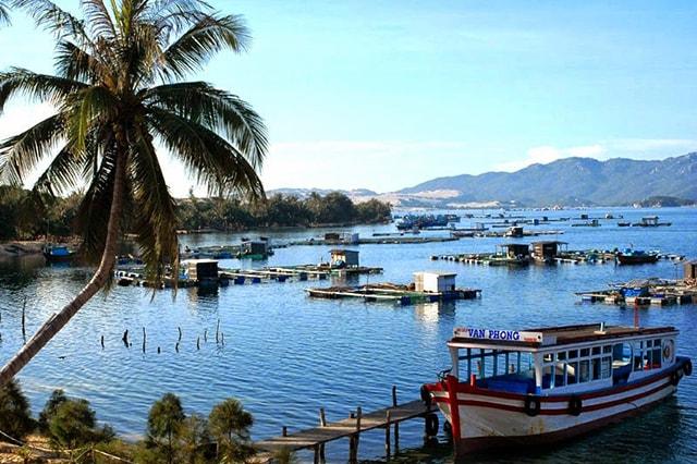 Vịnh Vân Phong là một vịnh biển đẹp thuộc huyện Vạn Ninh (Khánh Hòa)