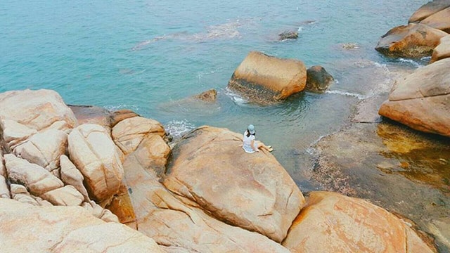 Hòn Chồng là nơi giao nhau giữa núi và biển