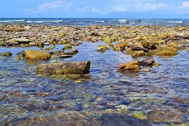 Bãi đá trên đảo Bạch Long Vĩ