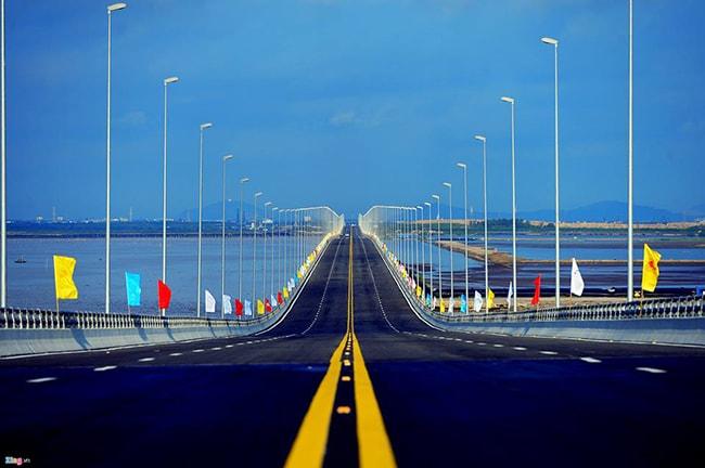 Cầu vượt biển Tân Vũ trên đường đi ra Cát Bà