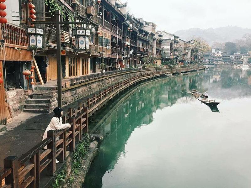 Con đường ven bờ sông Đà Giang ở Phượng Hoàng cổ trấn
