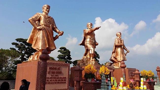 Tượng các vị anh hùng dân tộc trong khu di tích Tràng Kênh