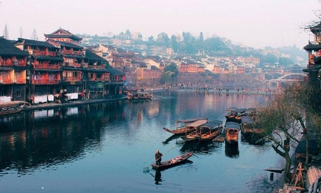Sông Đà Giang chảy qua Phượng Hoàng cổ trấn