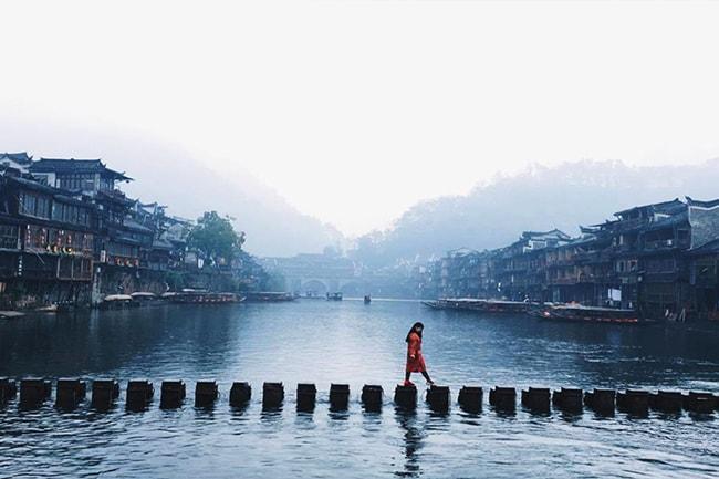 Các cột đá trên sông Đà Giang