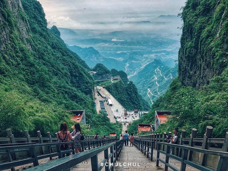 Đứng từ cổng trời Thiên Môn Sơn nhìn xuống thung lũng