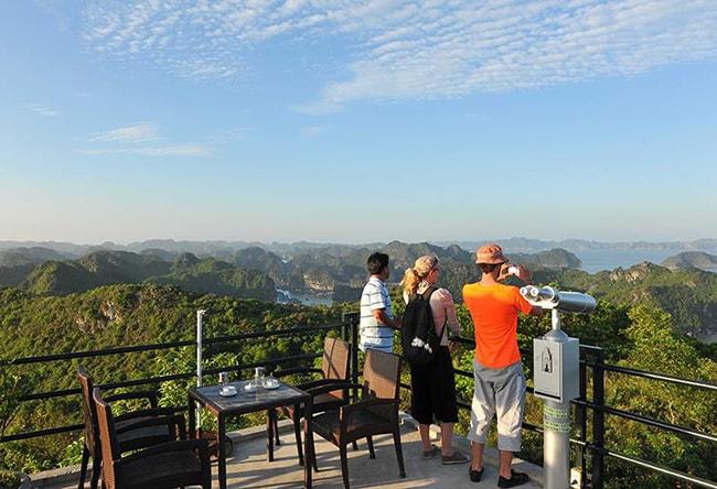 View từ quán cafe trên đỉnh Pháo đài Thần Công ở Cát Bà