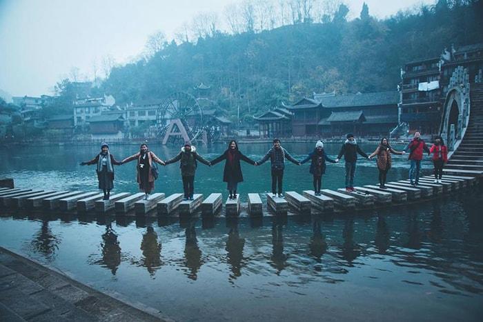 Cầu đá trên sông Đà Giang là địa điểm sống ảo cho mọi người trong đoàn