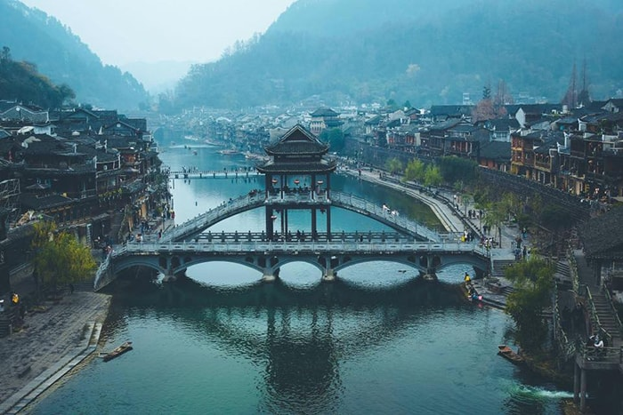 Cầu Hồng Kiều ở Phượng Hoàng cổ trấn