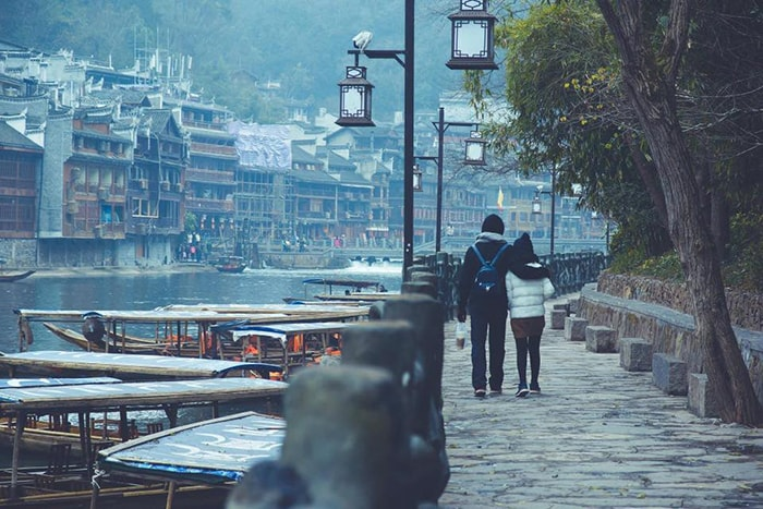 Đi dạo bên bờ sông Đà Giang