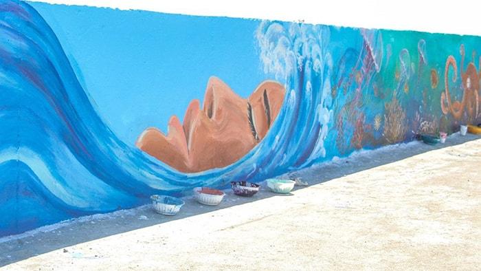 Hình ảnh sóng biển đập vào vách đá tượng trưng trên đảo Lý Sơn