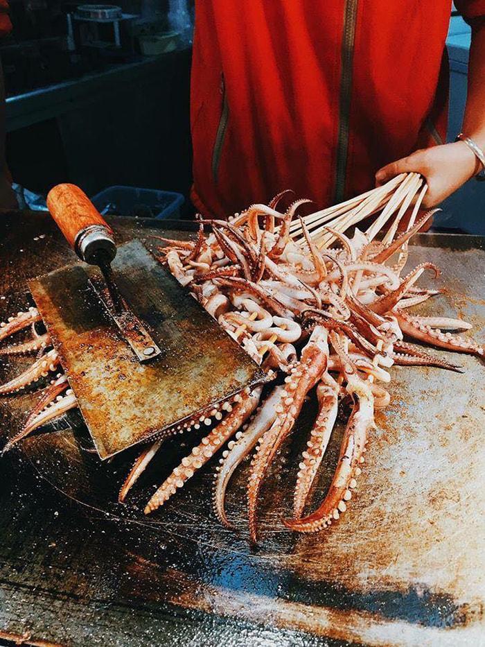 Bạch tuộc xiên nướng ở Phượng Hoàng cổ trấn