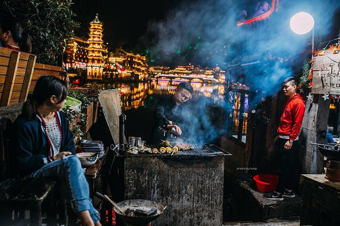 1 quán nhỏ bán đồ nướng ở Phượng Hoàng cổ trấn ban đêm
