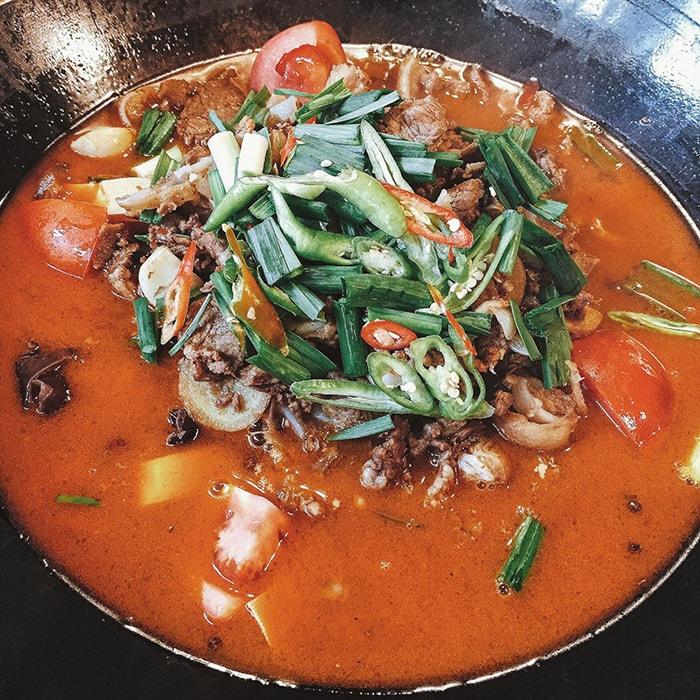 Một món lẩu chua cay trong các nhà hàng ở Phượng Hoàng cổ trấn