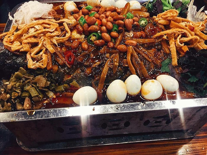 Đồ ăn ban đêm ở Phượng Hoàng cổ trấn rất phong phú và đa dạng