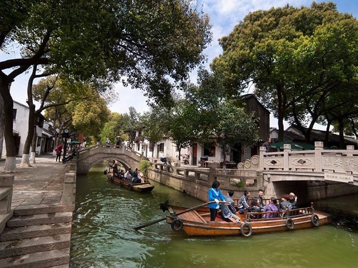 Dạo thuyền trên sông ở Đồng Lý cổ trấn